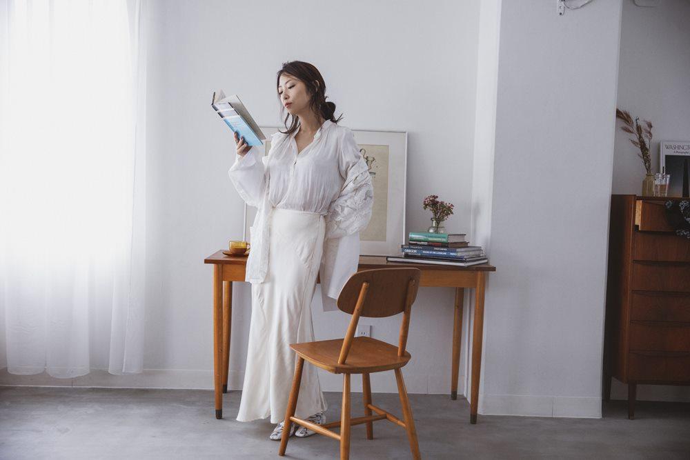白い服にナチュラルな部屋